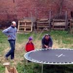 Max, Marco und Max bauen das Trampolin auf